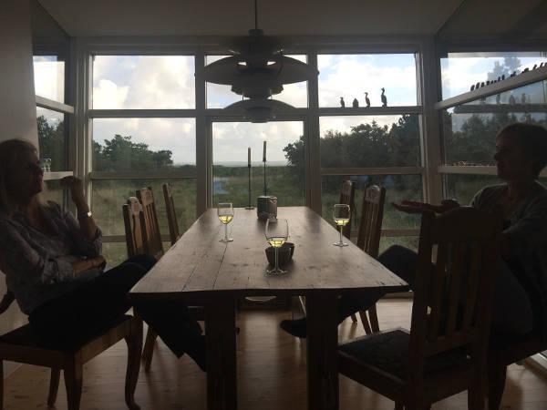 Spisebord i modlys med vinglas
