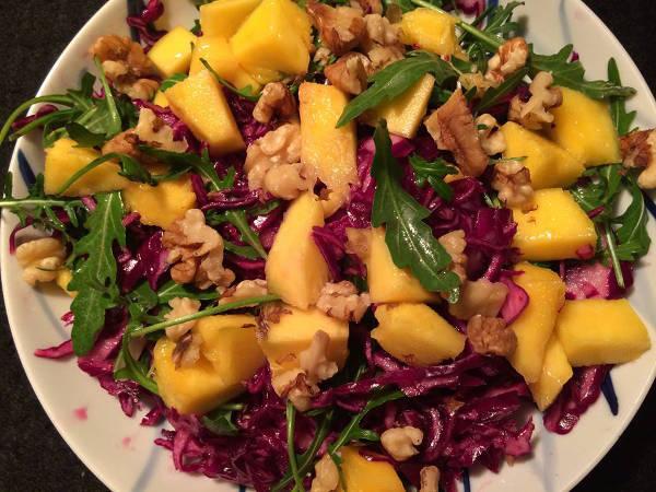 Rødkål med mango og ruccola