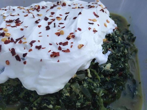 Spinat med græsk yoghurt og chilli