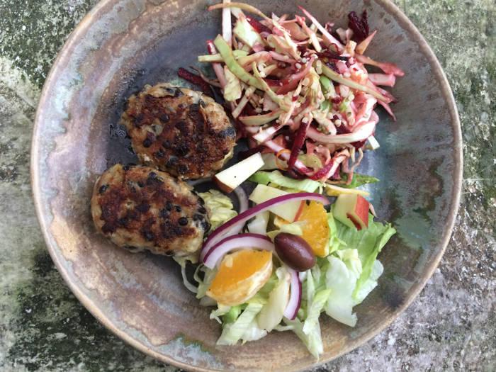 Deller med linser og salater set fra top