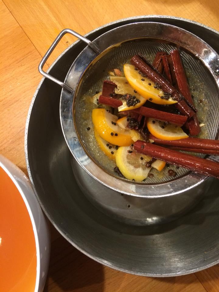 Glögg krydderier og hvid skål