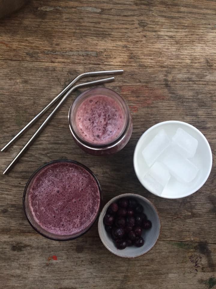 blåbær lakrids smoothie og stålsugerør