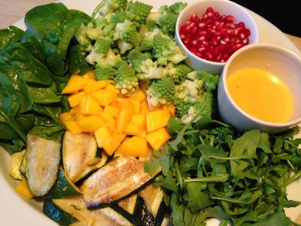 Salatfad med bladgrønt og mango