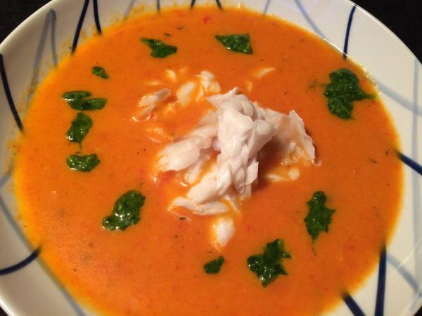 Tomatsuppe med fisk og persilleolie