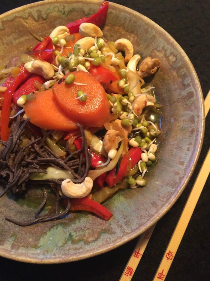 Wok med sortbønne pasta