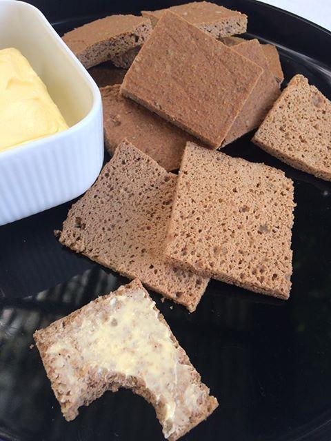 Glutenfrit brød med æg og kerner